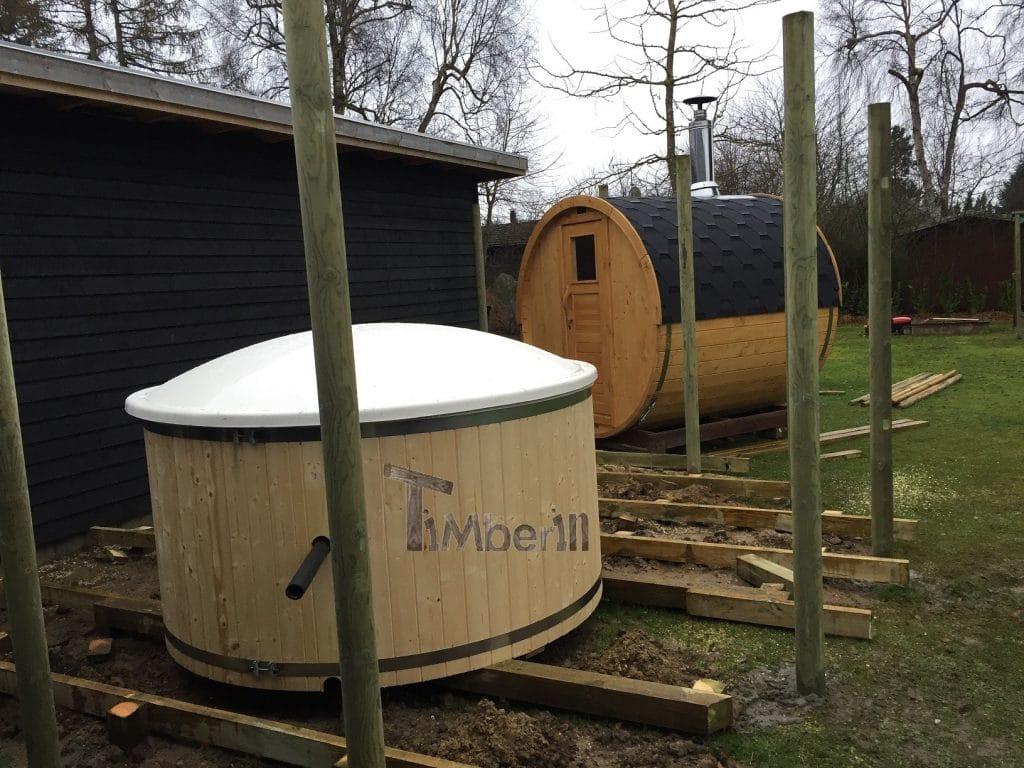 Vildmarksbad i glasfiber med indvendig ovn Wellness Basic med Udendørs sauna tønde i træ til haven Christina Gilleleje Danmark 1